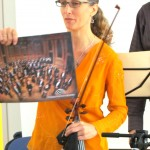 Tatjana shows the children a picture of the orchestra
